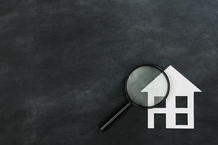Vergrootglas zoeken nieuw huis concept geïsoleerd op schoolbord achtergrond met hoge hoek weergave foto. Stockfoto - 84070150
