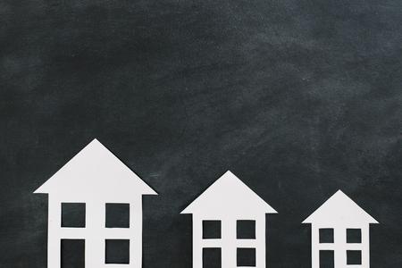 hoge hoek weergave foto van papier huis model presenteren op krijt schoolbord achtergrond weer gegeven: landgoed zakelijke reclame concept.
