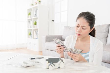 부동산을 투자하고 기숙사에 돈을 세는 계획을하는 불행한 매력적인 여인은 기분이 우울한 기금을 찾지 못했습니다.