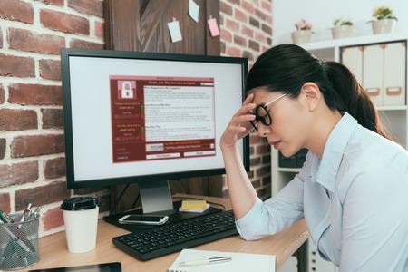 슬픔 회사 에이전트 여자 작업 컴퓨터를 찾고 협박 바이러스 공격 사고 솔루션 사무실 책상 및 우울증 느낌.