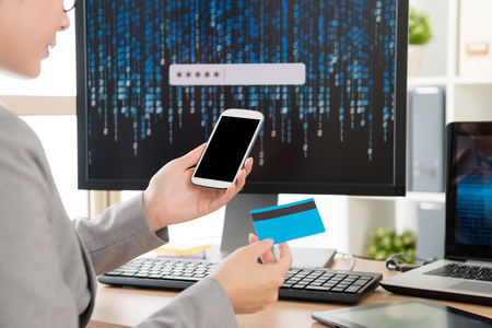 선택적 포커스 쇼핑 및 신용 카드 온라인 전자 상거래를 통해 지불 모바일 스마트 폰 사용 사업가의 사진 그녀가 개인 계정 사이버 보안 데이터 설정을