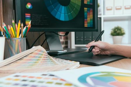 foto di messa a fuoco selettiva di graphic designer utilizzando penna digitale pad lavoro. Archivio Fotografico