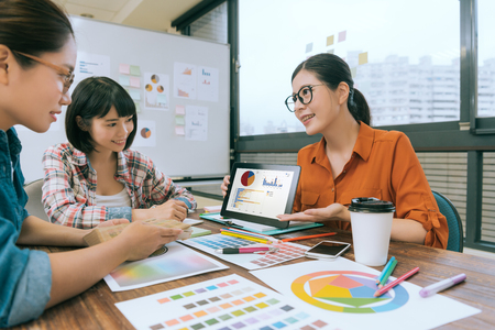 sourire jolie femme gestionnaire utilisant tablette numérique tablette numérique montrant la planification de la nourriture pour les collègues de travail pendant la réunion des réunions