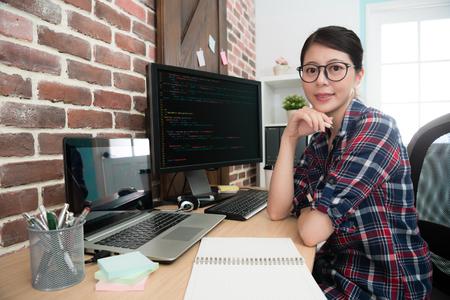 confiant, programmeur, professionnel, ouvrier, face caméra, sourire, quand, assis, lieu, travail, développement, nouveau, système internet. Banque d'images