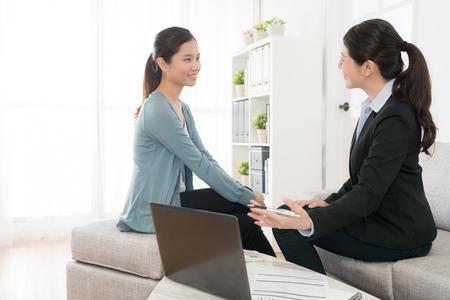 La belle dame du chef d'entreprise eelegant présente le régime d'assurance en faveur de la jeune fille et explique les avantages futurs. Banque d'images - 89945868