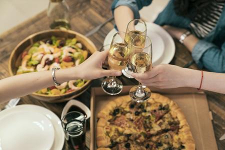 아시아 자매 친구의 위의보기 성공적인 비즈니스 또는 새 해 이브에 대 한 응원. 샴페인 저녁 식사 테이블입니다.