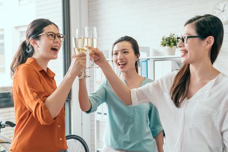 샴페인 사무실에서 토스트 한 행복한 비즈니스 아시아 팀의 그룹