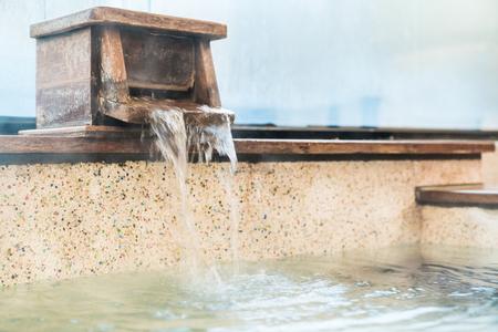Heißes Quellwasser kommt von der Badewanne und füllt sich im Bad Standard-Bild