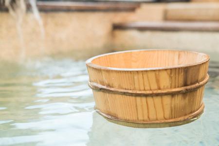 houten vat lepel drijvend op warm bronwater in japan Stockfoto