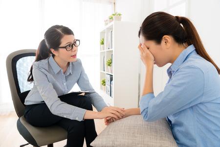 우울증에 여자 얼굴을 다루는 손을 사용하는 심리학 클리닉 소녀 울고 및 그녀의 느낌을 찾고 젊은 의사 걱정.