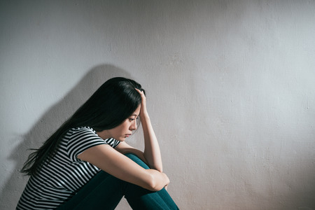 mulher bonita beleza sentindo deprimido isolado no fundo da parede branca. Foto de archivo