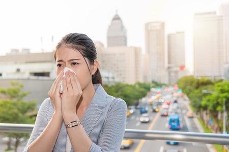 charmante kantoor dame kreeg allergie en loopneus van luchtvervuiling en het gebruik van papieren zakdoekjes tijdens piekuren verkeer reizen.