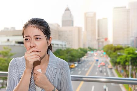 mooie Aziatische jonge vrouw kreeg een hoest en ziek van luchtvervuiling en het gebruik van papieren zakdoekjes tijdens piekuren verkeer reizen.