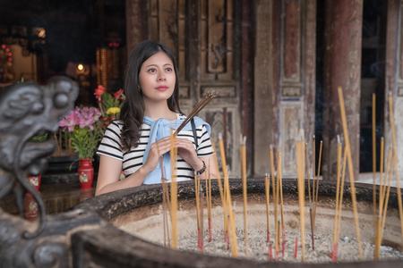 Credente asiatico che adora gli dei. Pregare per una vita migliore e sana. Archivio Fotografico - 107255096