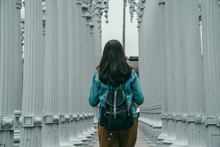 estudiante de intercambio está visitando el famoso monumento de Los Ángeles, está caminando en el museo de arte del condado de Los Ángeles Foto de archivo