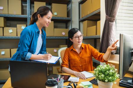 le responsable de l'entreprise de livraison apprend au nouvel employé à vérifier la liste et le nouveau Banque d'images