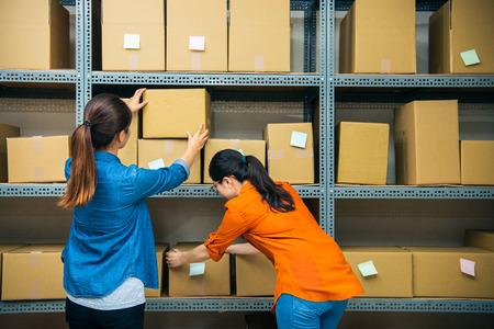 compañero de trabajo en el almacén juntos para ordenar el paquete