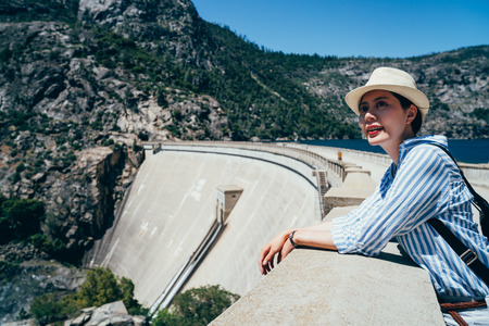 san francisco travel nature hiker girl hiking in  hetch hetchy valley enjoying lookout view of mountains and lakes. Big island destination, woman tourist in o shaughnessy dam USA 版權商用圖片