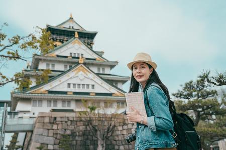 portret kobiety atrakcyjne japońskie turysta odwiedzając stare miasto w Japonii i twarz aparat z uśmiechem.