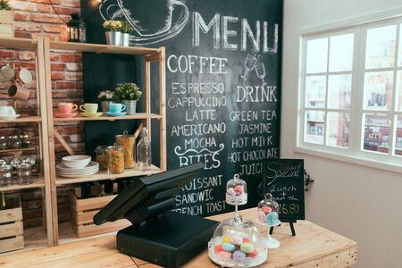 Interno vuoto della barra del caffè durante il giorno. luminosa caffetteria vintage con sole mattutino attraverso la finestra nella città moderna.