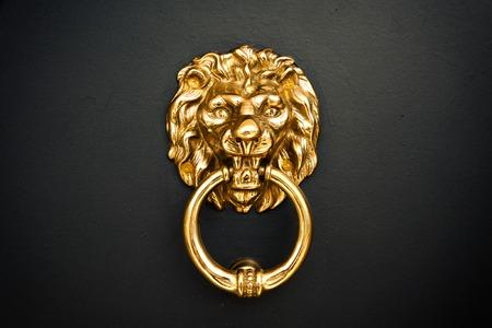 ドアのところに黄金のライオン