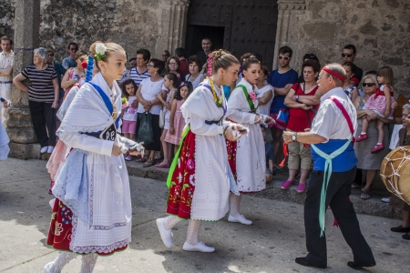 olla: Dance of Las Italinas, also known as Dance of the Gypsy of Caceres village of Garganta la Olla. The dances are performed by eight women, a dance teacher or father and the drummer accompanies the festivities in honor of the Visitation of the Virgin, Ju