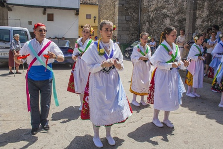 olla: Garganta la Olla, Caceres, Extremadura, Spain, July 1, 2013, ballet dancers Las Italianas, desfilem walk through the village of Dance of Las Italinas, Also known as Dance of the Gypsy of Caceres village of Garganta la Olla. The dances are performed by eig Editorial