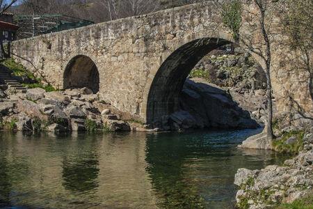Pont romain Cuartos Losar de la Vera, Cáceres, Espagne Banque d'images - 26388359