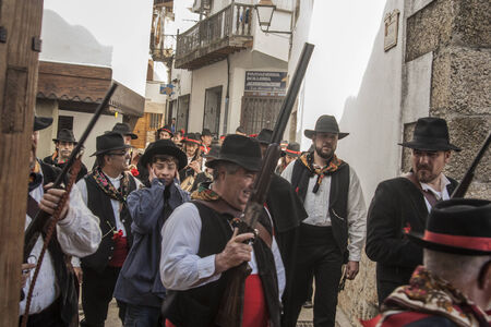 Mardi Gras, Villanueva de la Vera, Cáceres, Extrmadura, Espagne Peropalo est un symbole de liberté, de joie et de vie des forces de la reproduction de la nature, une célébration de la couleur et de grande beauté musicale, par exemple de l'identité d'un peuple debout Banque d'images - 26359424
