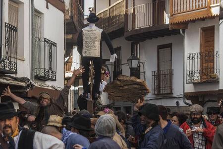 Mardi Gras, Villanueva de la Vera, Cáceres, Extrmadura, Espagne Peropalo est un symbole de liberté, de joie et de vie des forces de la reproduction de la nature, une célébration de la couleur et de grande beauté musicale, par exemple de l'identité d'un peuple debout Banque d'images - 26359427