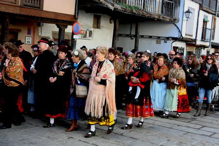 Mardi Gras, Villanueva de la Vera, Cáceres, Extrmadura, Espagne Peropalo est un symbole de liberté, de joie et de vie des forces de la reproduction de la nature, une célébration de la couleur et de grande beauté musicale, par exemple de l'identité d'un peuple debout Banque d'images - 26359437