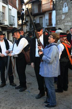 Mardi Gras, Villanueva de la Vera, Cáceres, Extrmadura, Espagne Peropalo est un symbole de liberté, de joie et de vie des forces de la reproduction de la nature, une célébration de la couleur et de grande beauté musicale, par exemple de l'identité d'un peuple debout Banque d'images - 26359717