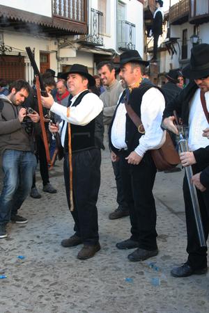 Mardi Gras, Villanueva de la Vera, Cáceres, Extrmadura, Espagne Peropalo est un symbole de liberté, de joie et de vie des forces de la reproduction de la nature, une célébration de la couleur et de grande beauté musicale, par exemple de l'identité d'un peuple debout Banque d'images - 26359718