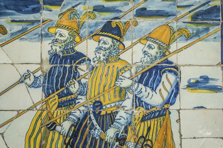 Poterie Talavera, carreaux Basilique du Prado, Talavera de la Reina, Tolède, Espagne. Les caisses en céramique décoratives à l'intérieur des allées datent du XVIIe siècle, époque où la poterie de Talavera jouit d'une grande renommée à l'échelle nationale et dans la co-américaine Banque d'images - 64567738