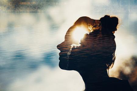 Kobieta siła koncepcji umysłu. Sylwetka głowy.