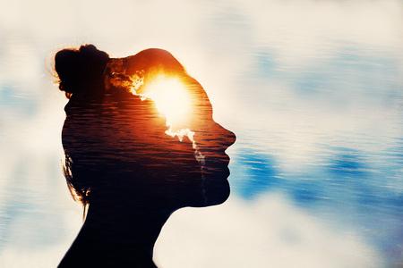 La cabeza de la luz. Concepto de poder de la mente. Foto de archivo