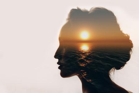 concetto di psicologia. Alba e silhouette donna.