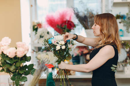 Florist woman make bouquet in flower boutique Stok Fotoğraf