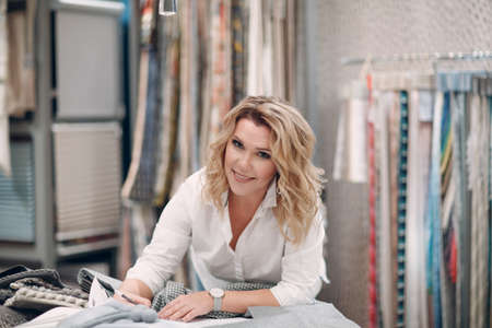 Interior designer woman at work. Design and interior decoration fabric. Foto de archivo