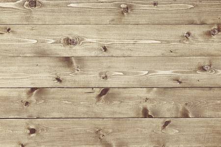 fondo legno: Sfondo architettonico trama di un pannello di rivestimento naturale bordo di pino verniciato con nodi e venature del legno in un modello parallelo concettuale di falegnameria, carpenteria, falegnameria e costruzione