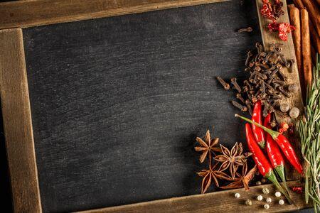 epices: Herbes et épices avec tableau noir pour le texte ou des recettes. Vue d'en haut.