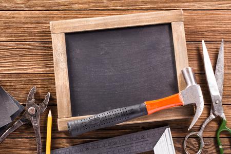 herramientas de carpinteria: Herramientas de la carpinter�a de la vendimia en el fondo de madera r�stica