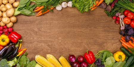 légumes vert: Les agriculteurs alimentaire carotte légumes, pommes de terre et d'autres sur fond de bois Banque d'images