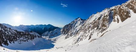 Winter landschap van bergen. Met sneeuw bedekte bergen. Mooi berglandschap.