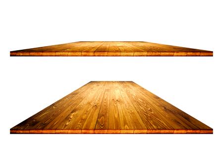 Leerer Holztisch mit Ausschnittsmaske für Produktplatzierung oder Montage auf weißem Hintergrund. Leere Tabellenperspektive des hölzernen Brettes. Standard-Bild