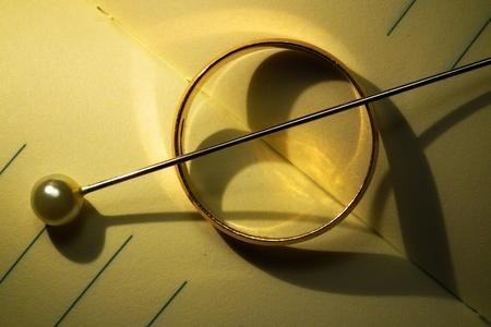 Zlatý prsten a jehla tvarování zlomené srdce Reklamní fotografie