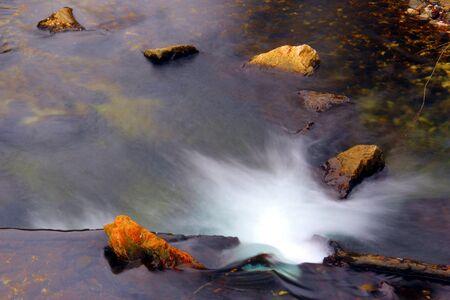 Energetický řeka dávat svou energii po skalách.