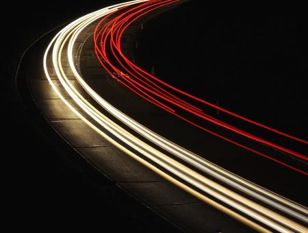 trails of lights: Le auto veloci stanno lasciando scie luminose su strada notte Archivio Fotografico