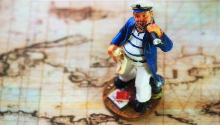 Odplout s námořníkem na staré mořské mapě