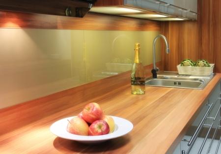 Nová kuchyňská linka s jablky a vinné révy a zeleniny pro dekoraci Reklamní fotografie